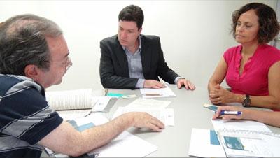Sérgio Myssior, da MYR, entre Albertto Simon e Célia Froes, Diretores da Agência Peixe Vivo